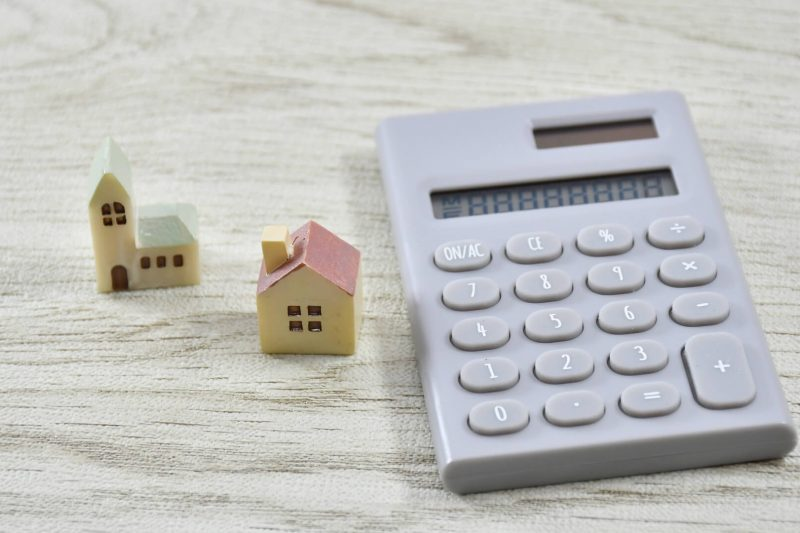 家の模型と電卓